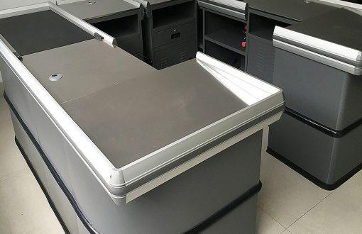 میز چک اوت یا میز صندوق یکی از تجهیزات بسیار کاربردی در فروشگاه است. وجود این میز ها کار خرید و پرداخت هزینه را برای مشتریان آسان تر کرده است.